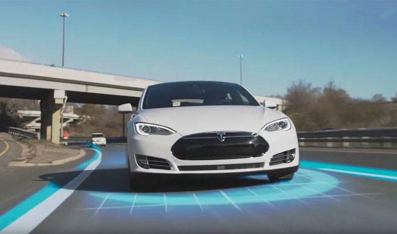 Электрический автомобиль Tesla с автопилотом